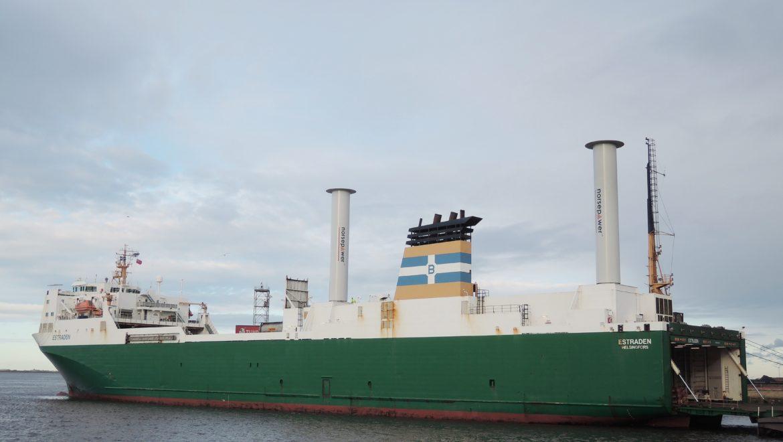 Barcos de mercancías que utilizan el viento para navegar